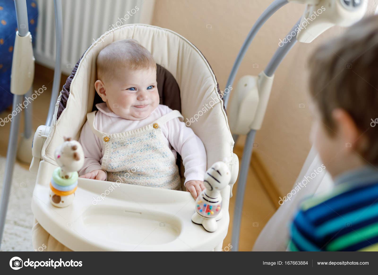 Ragazzino felice che ragazzino con la sorella di neonato ragazza– immagine  stock 85f678eb1cb2