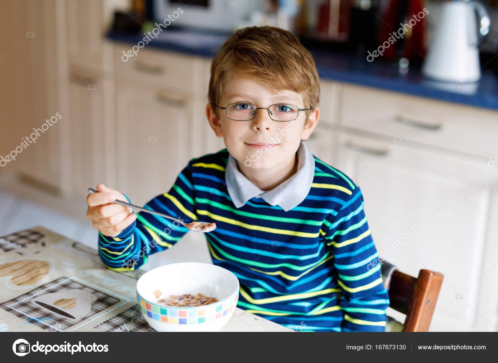 gl ckliche junge blonde kind essen m sli zum fr hst ck oder mittagessen gesunde ern hrung f r. Black Bedroom Furniture Sets. Home Design Ideas