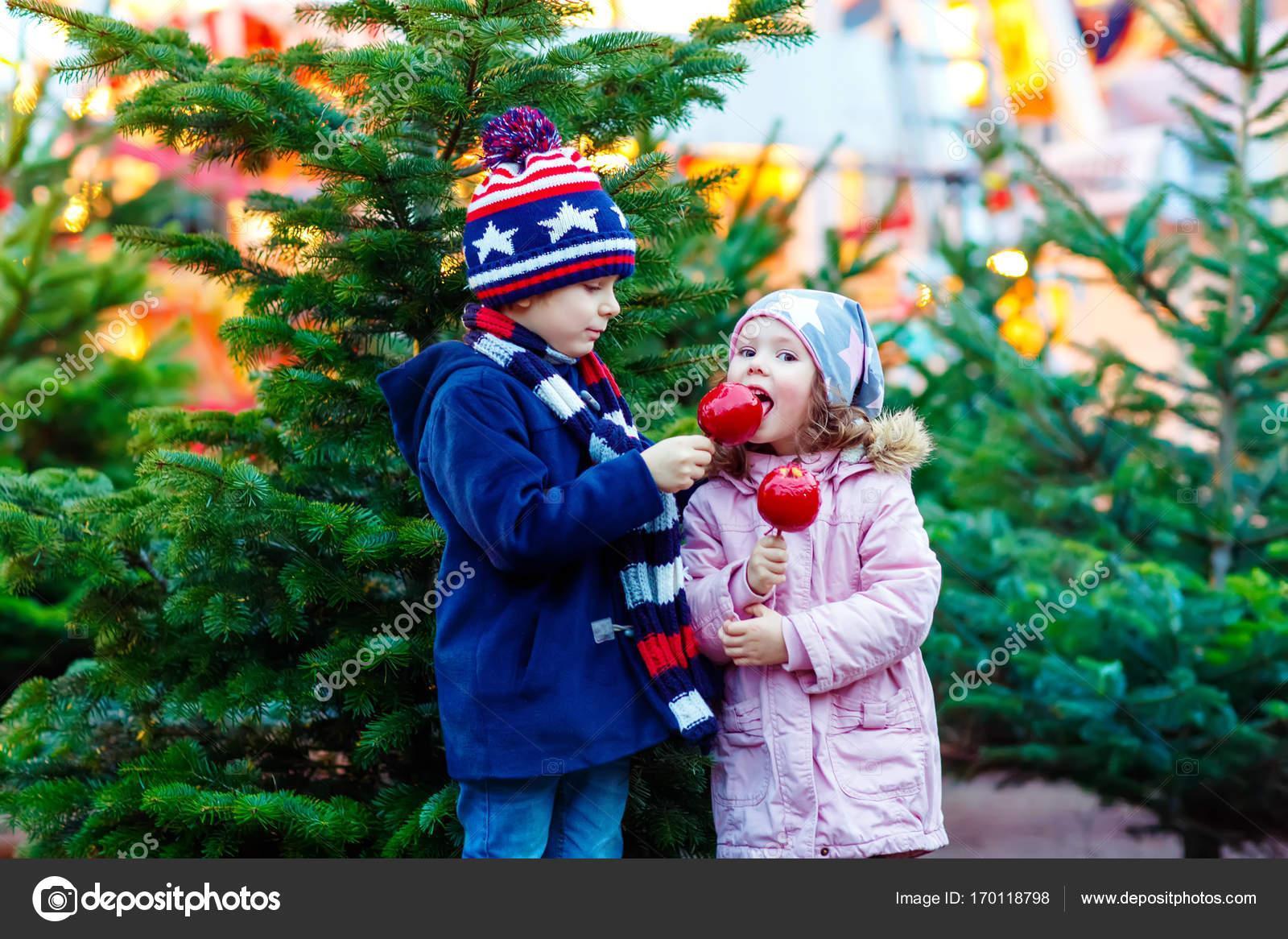 Essen Weihnachtsmarkt.Zwei Kinder Kleine Essen Zucker Apfel Auf Weihnachtsmarkt