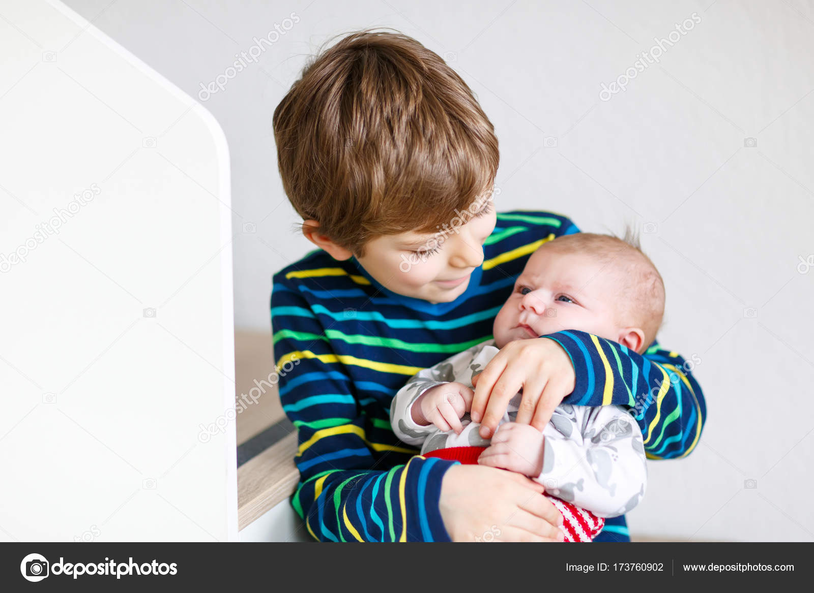 783f780095ff8 Happy little kid boy with newborn baby sister girl — Stock Photo ...