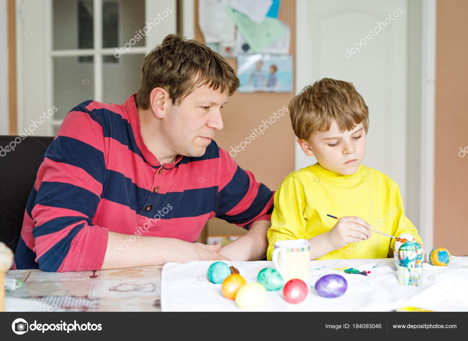 Küçük Sarışın Okul öncesi çocuk çocuk Ve Baba Yumurta Paskalya