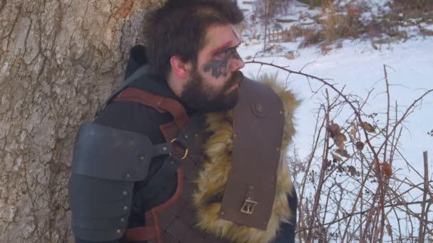 Viking muž v zasněžené oblasti mimo