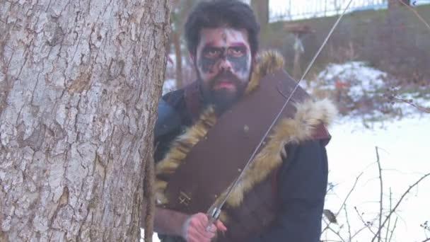 Viking voják s mečem útočí