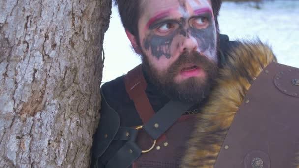Viking muž ve sněhu mimo.