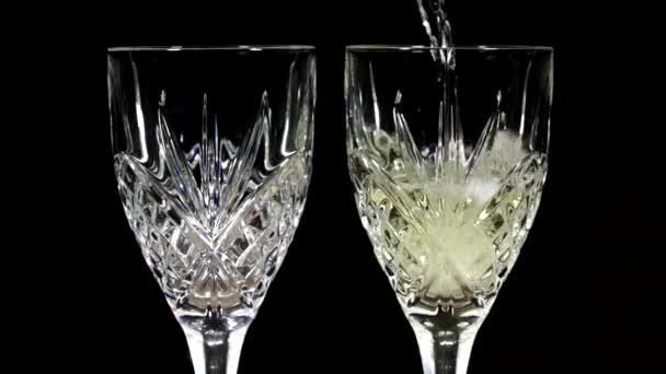Nalil do dvou sklenic Crystal Wine bílé víno