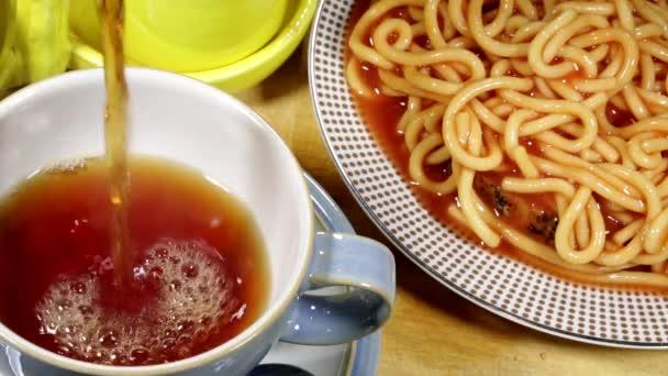 Nalil čaj s špagety na přípitek snídaně jídlo