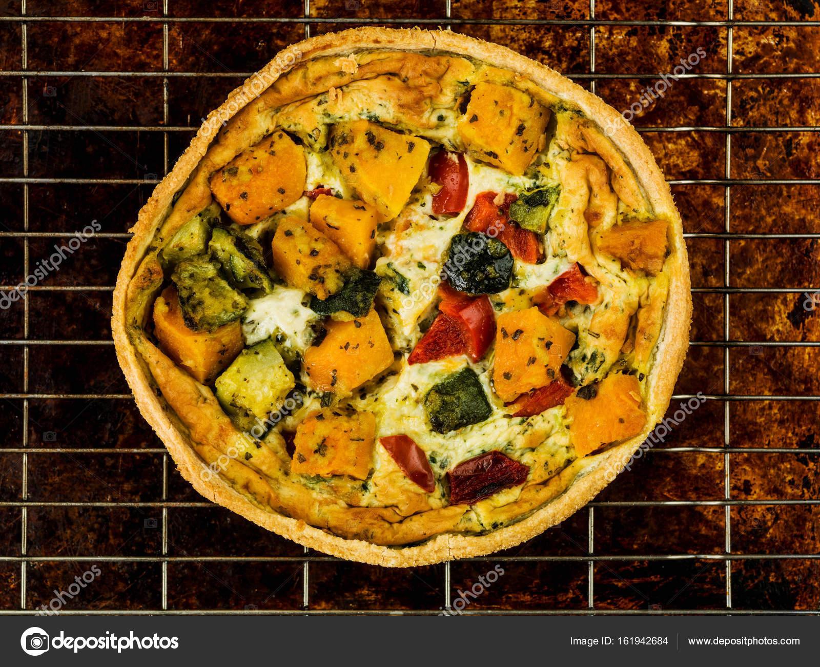 Frisch gebackenes Gemüse Quiche oder Flan — Stockfoto © richardmlee ...