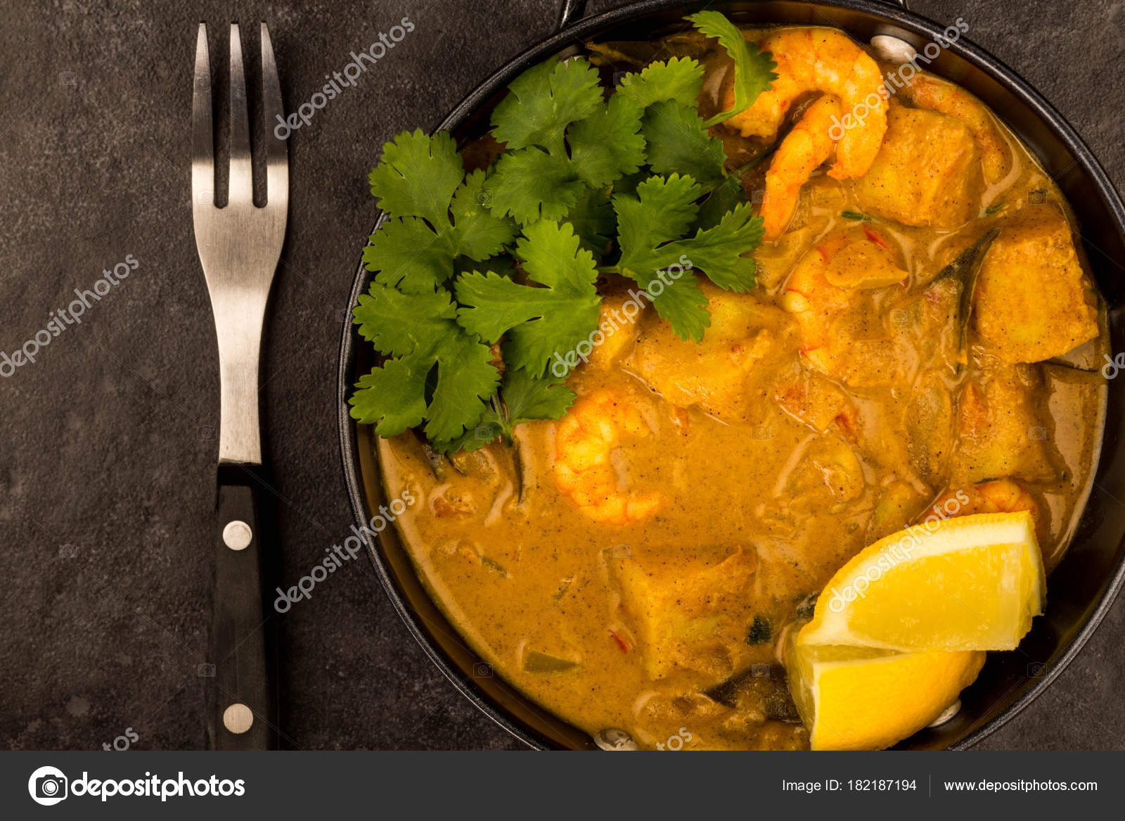 Sri lanka stile re curry di gamberi con limone e coriandolo erbe