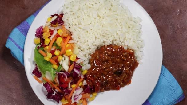 Mexický styl Chilli Con Carne s bílým vařené rýže a salát
