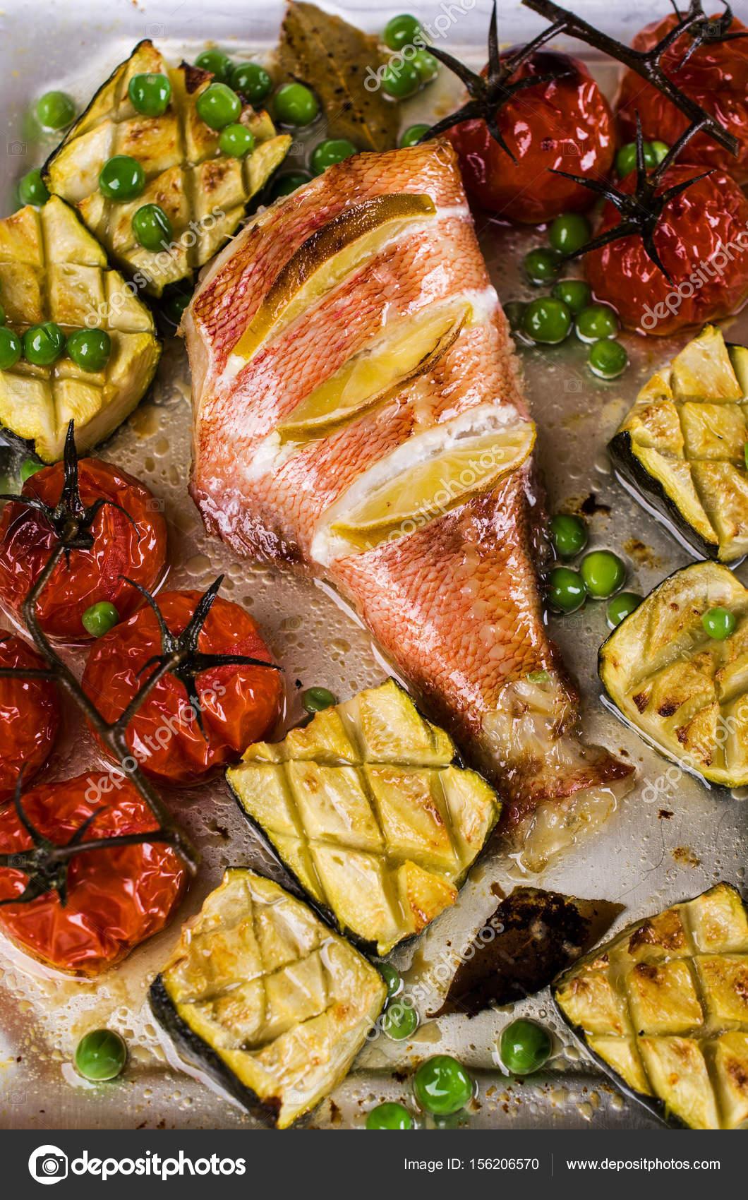 Pesce Al Forno Con Verdure Foto Stock Shusha 156206570