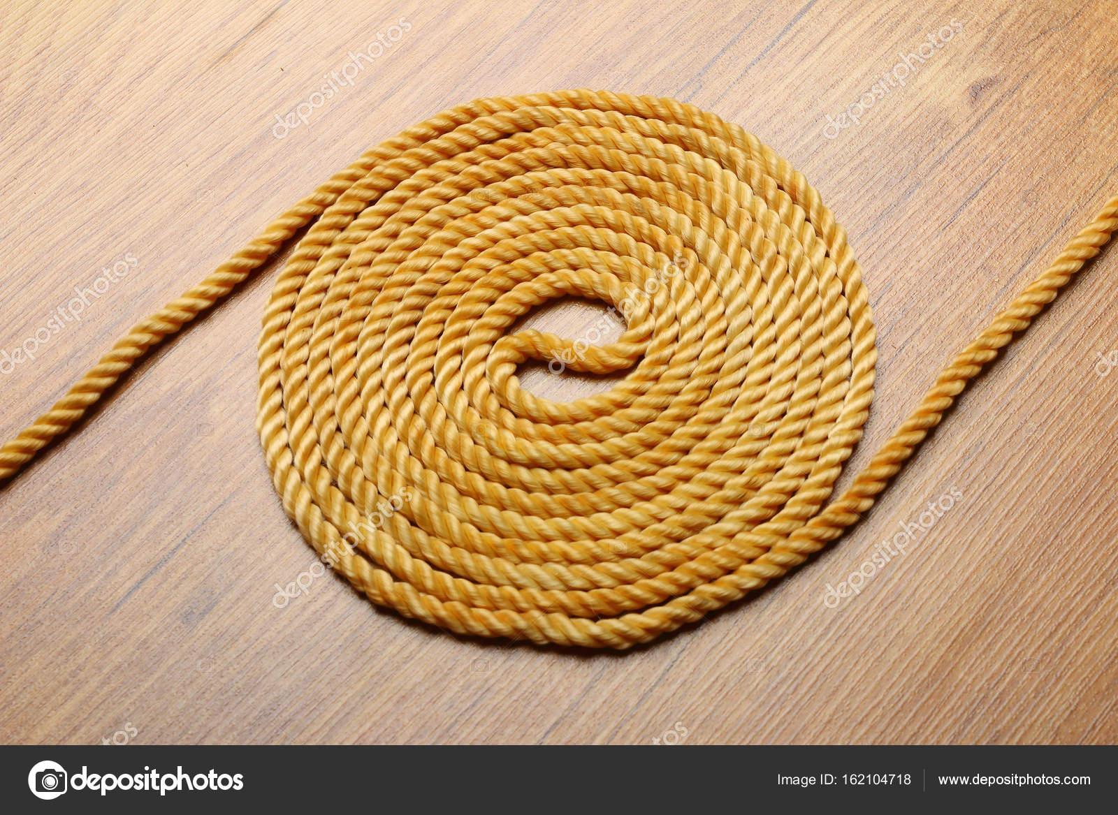 bola de cuerda de camo en placa de madera foto de stock - Cuerda De Caamo
