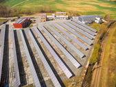 Vista aerea di un impianto fotovoltaico a paesaggio agricolo