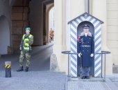 Praha Česká republika - 18. února 2017: Neznámý voják střeží Pražský hrad brány. Terorrism opatření v rezidenci českého prezidenta
