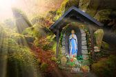 Our Lady of Lourdes (Panny Marie) na místo zázraků, přeji v hluboké Šumava (Konstantinovy Lázně) poblíž Karlovy Vary, Česká republika. Úžasné Evropské mezník. Teplý filtrovaný obrázek