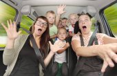 Photo Crazy family taking a selfie and going to holidays. Group of people enjoying life in a car. Free time and transportation theme.