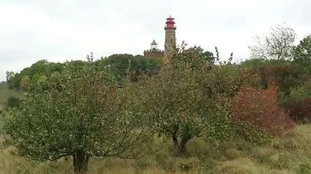 Maják na mysu Arkona na Putgarten na ostrově Rujana. Pole a louky kolem. Podzimní dovolená. Pobřeží Baltského moře. (Meklenbursko-Přední Pomořansko, Německo). Bouřlivé počasí.