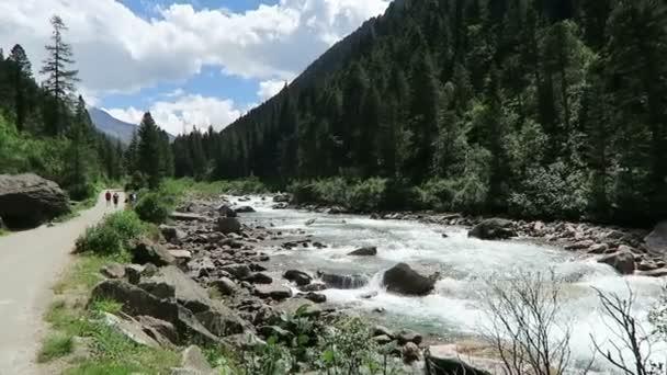 Lidé navštěvující Krimmelské vodopády, pěší turistiku po cestičce k vodopádům a do údolí achental. Rakousko.
