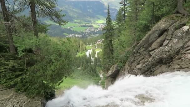 Krimmler Wasserfälle im Pinzgau, Salzburger Land in Österreich. Europäische Alpen Landschaft mit Wald