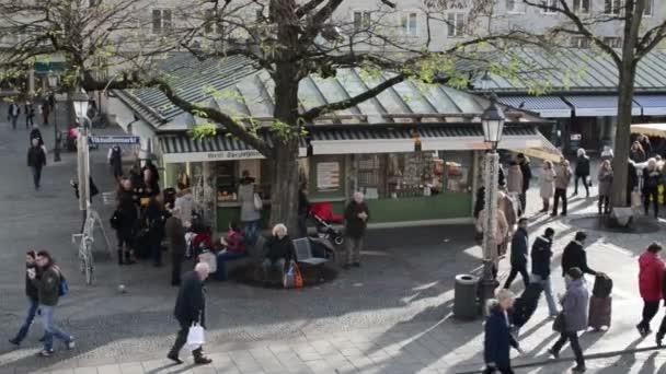 Menschen, die zu Fuß über den Viktualienmarkt in München