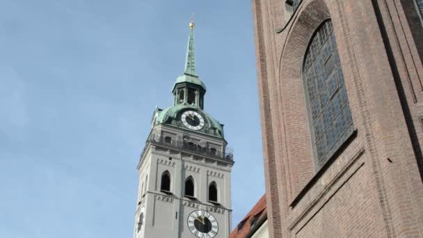 Blick auf den Gipfel des Münchner Kirche st. Peter