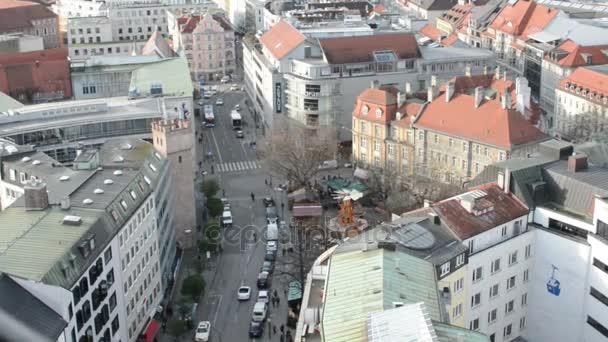 München mit seiner Rindermarktstraße. Autos fahren die Straße entlang. Luftaufnahme vom Gipfel der Peterskirche.