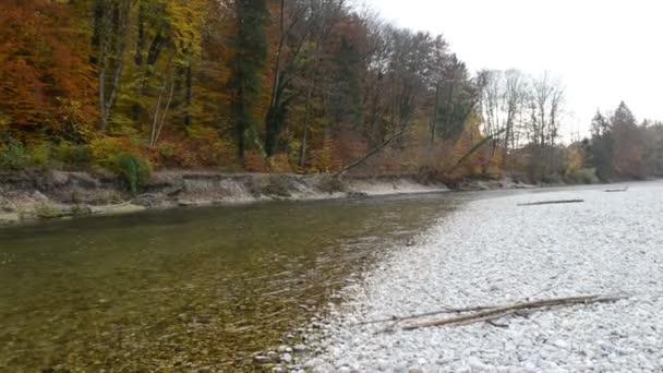 Herbstlandschaft der Isar bei Pullach in Bayern. bei München. (Deutschland)