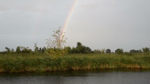 jízda lodí po řece Havel. Prší s rainbow (Braniborsko, Německo). Havelland