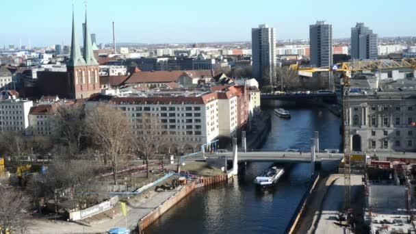 Řeky Sprévy v Nikolaj okres Berlin Mitte (Německo). V pozadí turistické lodi a člunu po řece.