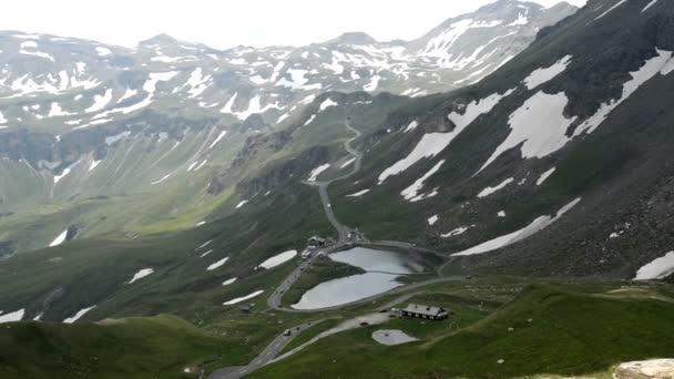 turisté jízdy po silnici grossglockner přes Alpy.