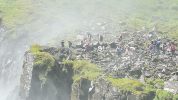 Lidé navštěvující Krimmelské vodopády jako součást národního parku Vysoké Taury.