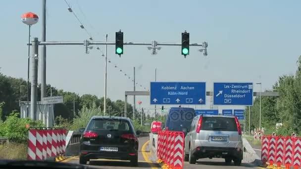 Fahrt entlang der Autobahn A1 in Richtung Rhein-River-Brücke in Köln. Interchange, A59 Düsseldorf und Aachen