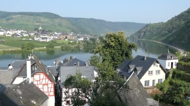 Město Beilstein v údolí řeky Moselle. Vinice všude kolem.