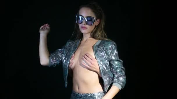 ženy tančí v šumivé stříbrné kostýmu