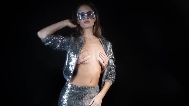 ženy tančí v jiskřivé kostýmu
