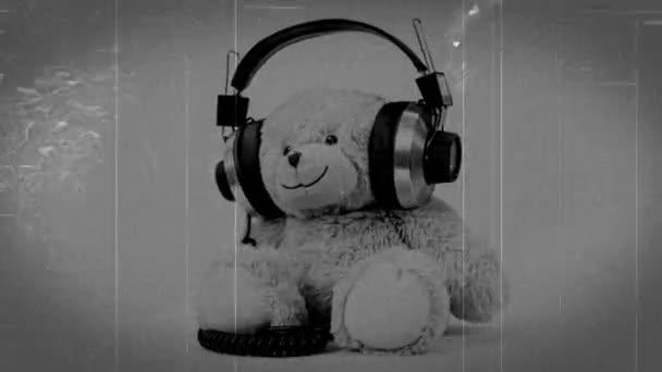 retro vintage video efekty s hnědý medvídek hračka ve sluchátkách na bílém pozadí