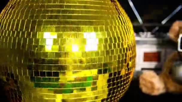 Egy funky disco labda forgó és visszaverő fény, gettók és plüssmackó játék tökéletes klipet klub vizuális vagy party, ünneplés