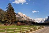 Krajina hor Dolomit v létě farmu a louky