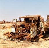 ve staré vesnici rezavé antique auto a za tepla