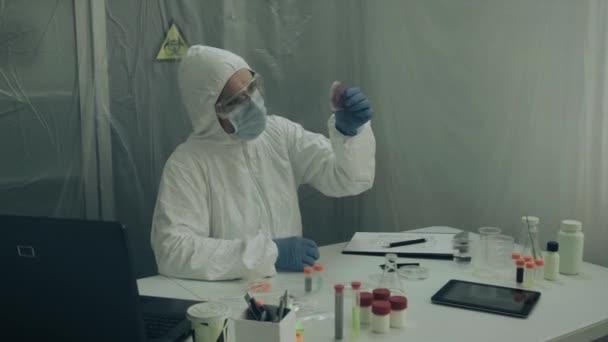 Wissenschaftler untersucht Virus in Petrischale im Labor