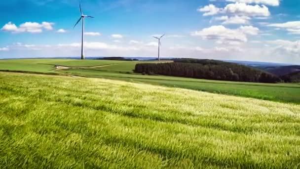 zemědělské plochy s pšeničné pole a větrné turbíny