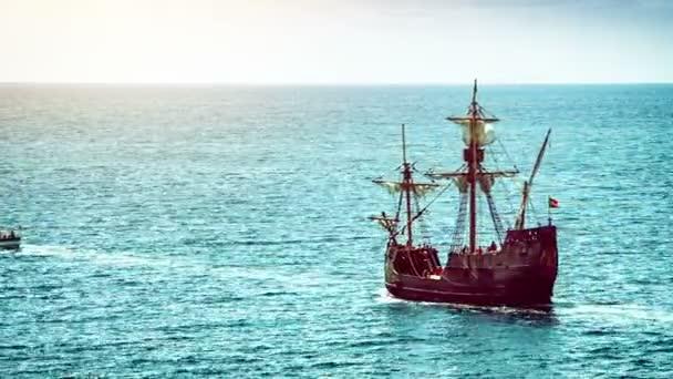 Letní krajina s lodí caravel
