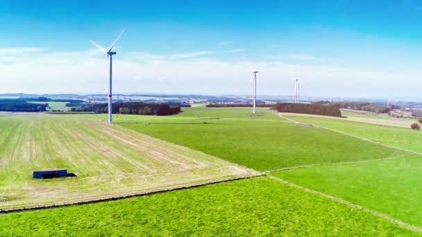 campagna di estate con turbine eoliche e campi agricoli