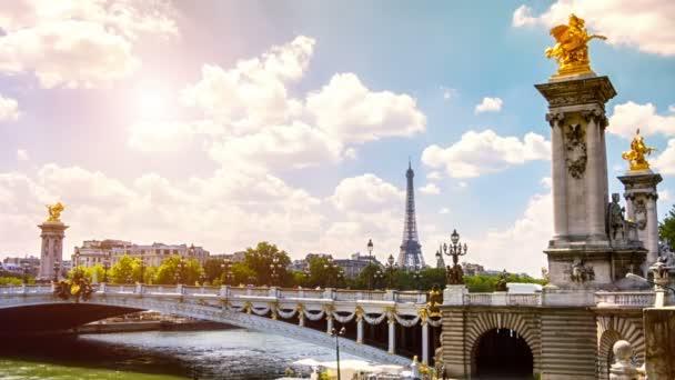 Eiffelova věž a Alexander Iii most v Paříži