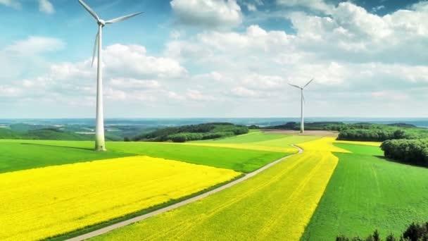 letní krajina s větrné turbíny a zemědělských polí