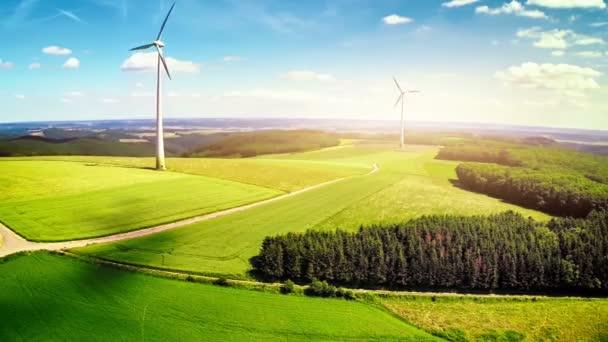 campagna con turbine eoliche e campi agricoli