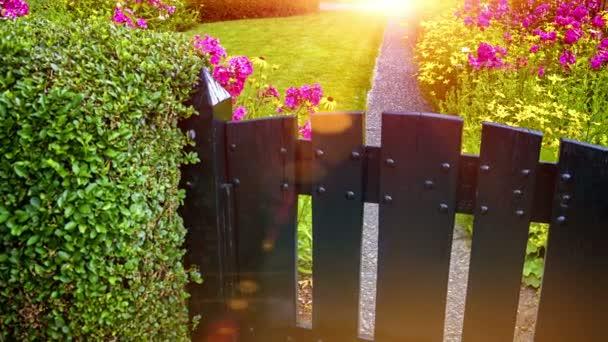 zahrada s barevnými květy a zelený trávník