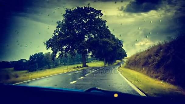 Venkovské silnici na deštivé počasí