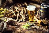 Fotografie Sklenice čerstvého studeného piva v rustikálním prostředí. Jídlo a nápoje ba