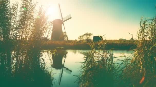 Tradiční holandské větrné mlýny při západu slunce, Nizozemsko. Přírodní pozadí