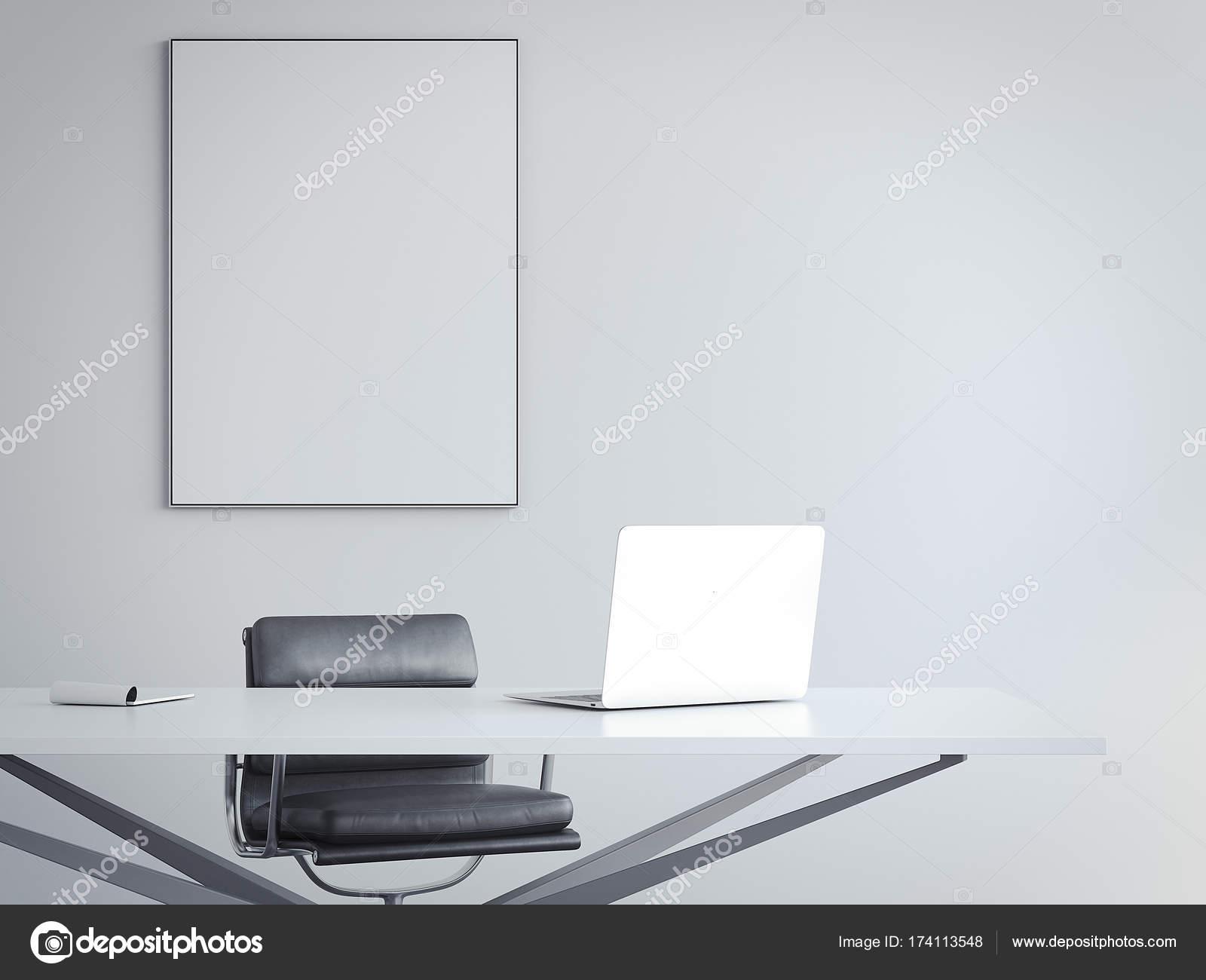 Interior oficina brillante con el lugar de trabajo y el cuadro marco ...
